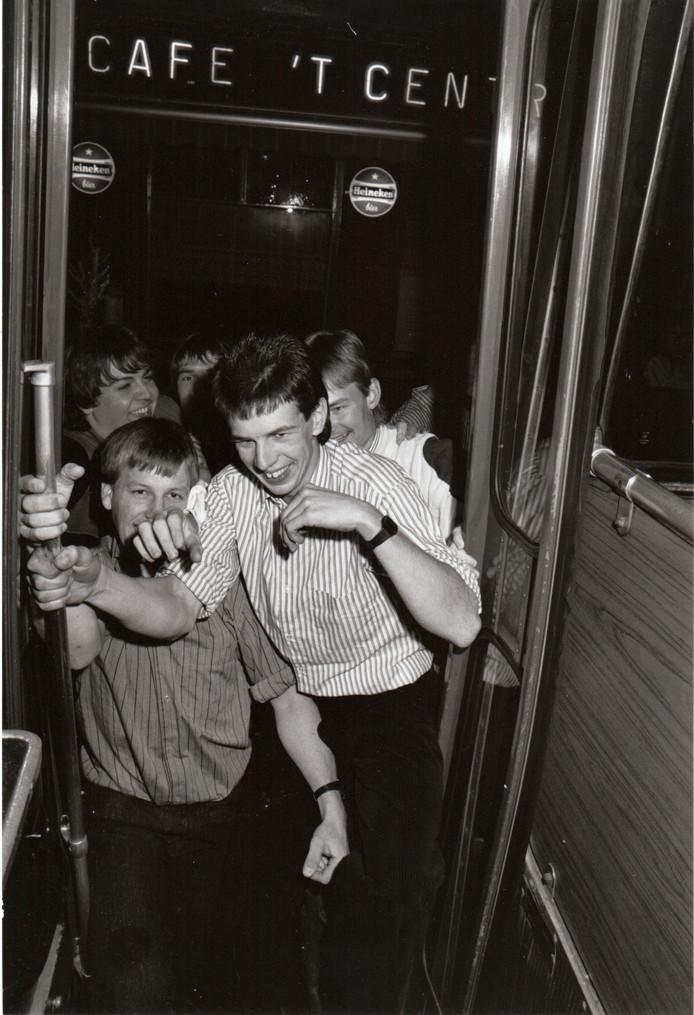 20 november 1988: tot de verwoestende brand in 2007 bezochten veel jongeren discotheek 't Centrum in Wintelre. Deze jongelui maakten dankbaar gebruik van een discobus.