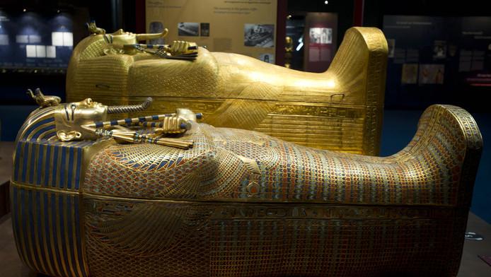 Twee gereconstrueerde schatten op de tentoonstelling 'Toetanchamon - zijn graf en zijn schatten'. Op basis van schetsen, aantekeningen en foto's zijn drie grafkamers van de farao nagebouwd
