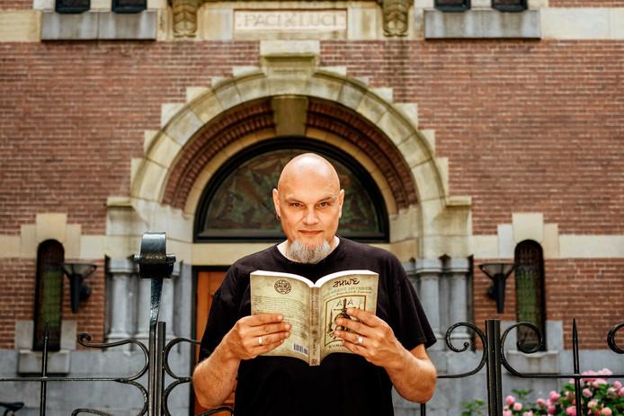 Wilmar Taal met zijn boek bij de Vrijmetselaarsloge in de Vondelstraat in Amsterdam.