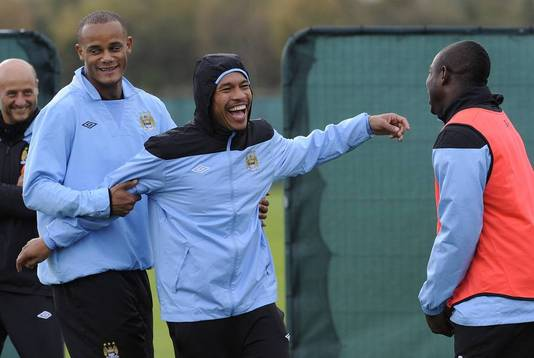Nigel de Jong dolt op de training bij Manchester City met Vincent Kompany en Micah Richards.