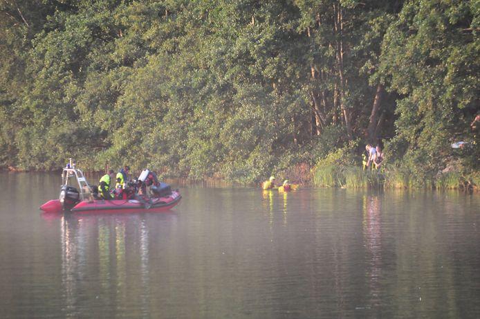 Duikers zoeken in waterplas naar vermist persoon in Waalwijk.