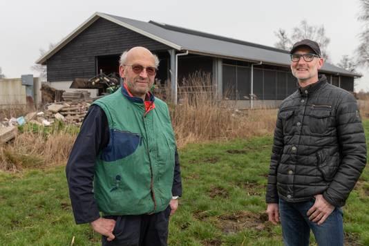 Energiek Zwartewaterland met voorzitter John Bakker (rechts) gaat 160 zonnepanelen plaatsen op het dak van de loods van Piet van den Berg.