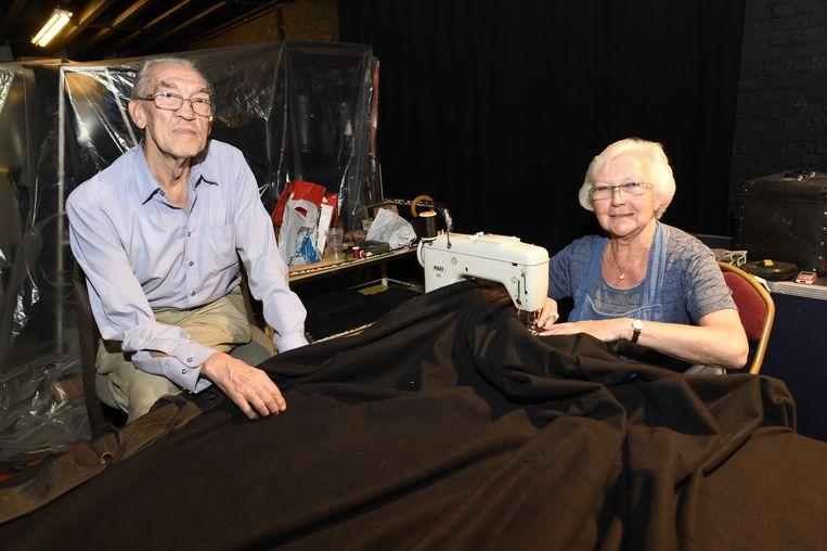Walter (73) en zijn zus Rita (70) werken de grote zwarte doeken af, die als isolatie moeten dienen.