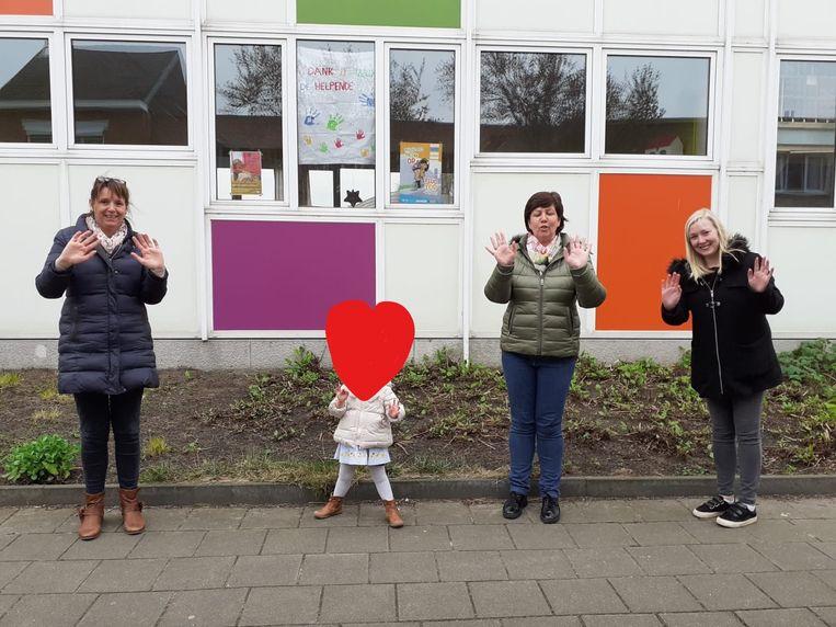 Vandaag waren er drie leerkrachten en één kindje aanwezig in de Heilig Hartschool in Koningshooikt. Het kind werd op de foto onherkenbaar gemaakt met een hartje. De school hoopt dat het dorp vol hartjes zal komen te hangen.