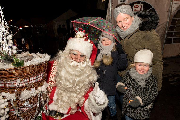De kerstman was ook van de partij in Oostnieuwkerke. Charlotte Decadt en dochtertjes Célestine en Odette gingen gedag zeggen.