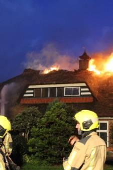 Uitslaande brand op rieten dak, woonboerderij onbewoonbaar verklaard