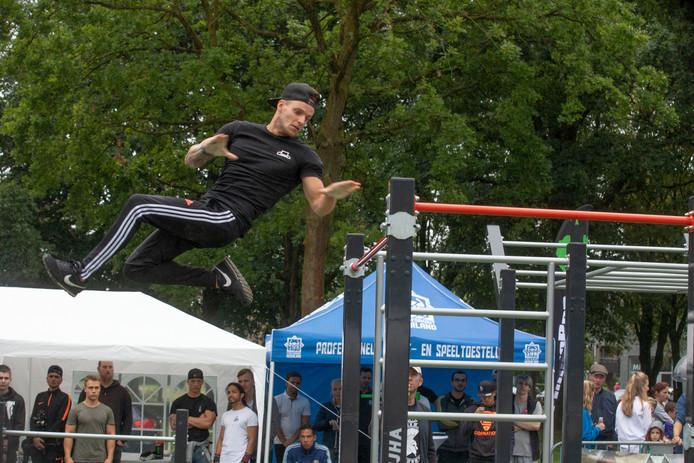 Tom Gilsing uit Oss laat zien wat hij kan tijdens het kwalificatietoernooi in Veldhoven.