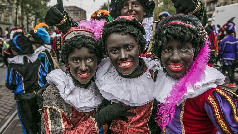 Zwarte Pieten tijdens de intocht van Sinterklaas in Amsterdam op 17 november Beeld Amaury Miller