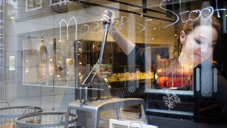 De Frietwinkel in Utrecht heeft als specialiteit Frietje Stoofvlees, gemaakt door de moeder van de eigenaar. Beeld Io Cooman