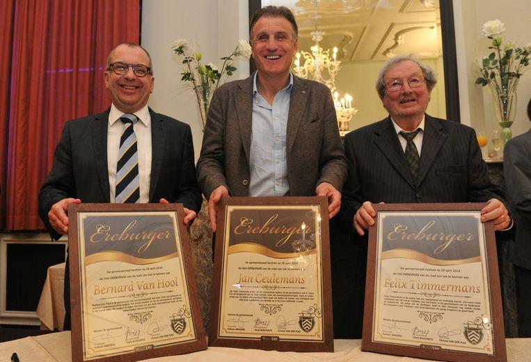 Familieleden en Jan Ceulemans zelf nemen hun trofee in ontvangst .
