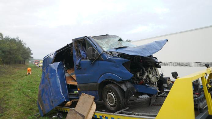 De blauwe bestelbus die maandagmorgen door nog onbekende oorzaak over de kop sloeg op de A28 bij Nunspeet.