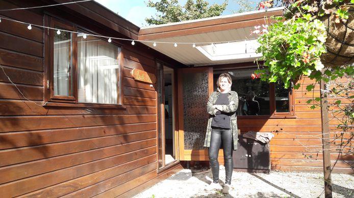 Leonie Wolts bij haar bungalow in Putten, waar ze 17 jaar woonde.