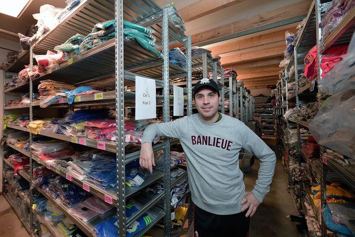 Bruce Nagtzaam in het magazijn van zijn soccerwebshop.