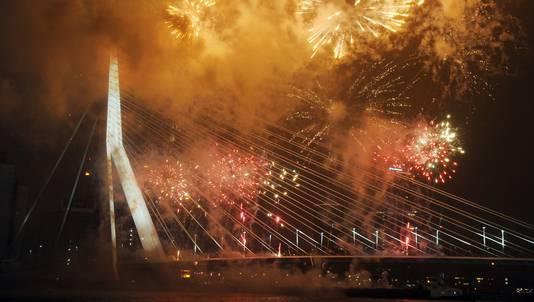 Vuurwerk bij de Erasmusbrug tijdens nieuwjaarsnacht in Rotterdam.