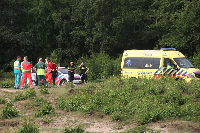 De hulpdiensten in het natuurgebied in Dorst.
