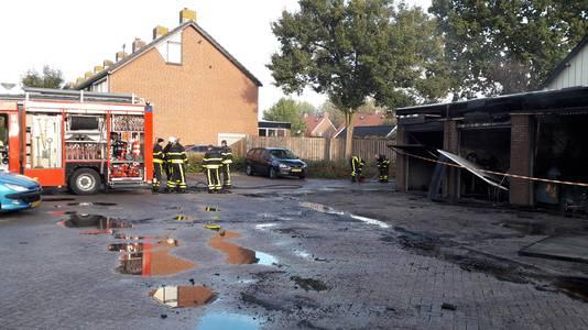 De zes garageboxen zijn volgens de brandweer nagenoeg uitgebrand.