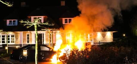 Twee (dure) auto's gaan vlakbij elkaar in vlammen op in Apeldoorn