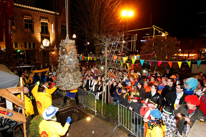 De traditionele afsluiting van carnaval in Helmond: het begraven van 'de kei'.