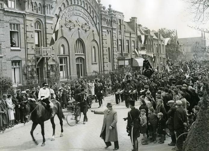 De koekfabriek aan de Molenstraat anno 1941, bij een parade voor burgemeester Louis de Bourbon. Foto Stadsarchief Oss