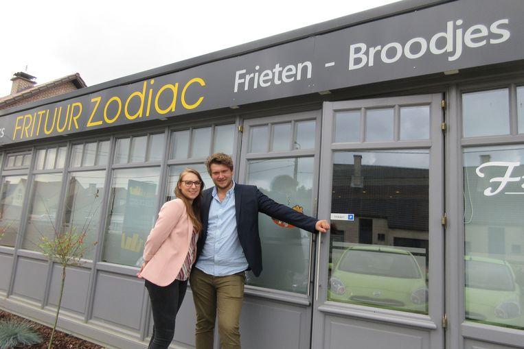 Jerka en Laurens heten de klanten welkom in hun nieuwe zaak.