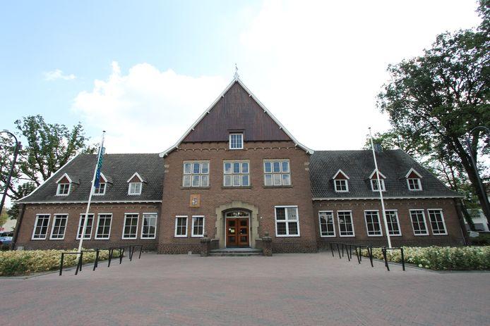 De verkoop en vooral invulling van het voormalige gemeentehuis in Weerselo leidt tot commotie onder de lokale bevolking en kandidaat-kopers.