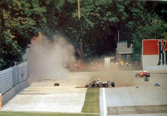 Ayrton Senna crasht in de muur aan de Tamburello-bocht.