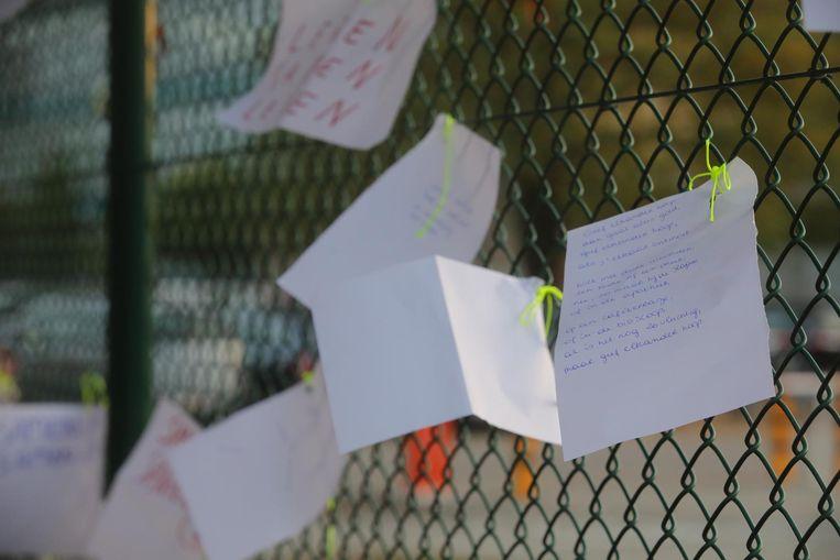Op de briefjes staan mooie woorden voor de familie, maar ook boodschappen over hoop.