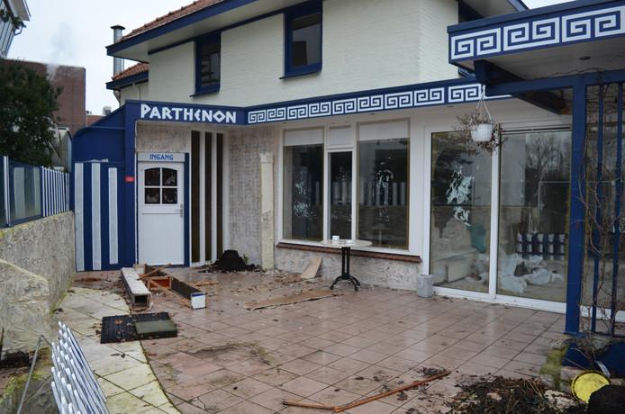 Bij de gedwongen ontruiming van het Griekse restaurant Parthenon zijn zowel binnen als buiten vernielingen aangericht.