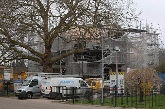 De renovatie van de 'vluchtelingenvilla' aan de Oude Rijksstraatweg in Twello is naar verwachting rond augustus gereed.