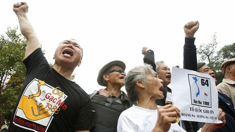 Inwoners van Vietnam protesteerden op 14 maart tegen de Chinese claim op Spratly, een andere eilandengroep in de regio. Beeld reuters