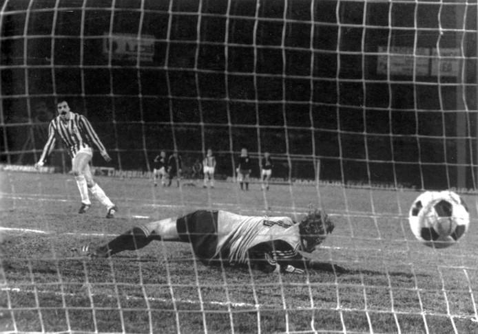 Franco Causio passeert Ajax-keeper Piet Schrijvers vanaf elf meter en schiet Juventus naar de halve finale van de Europa Cup 1 in 1978.