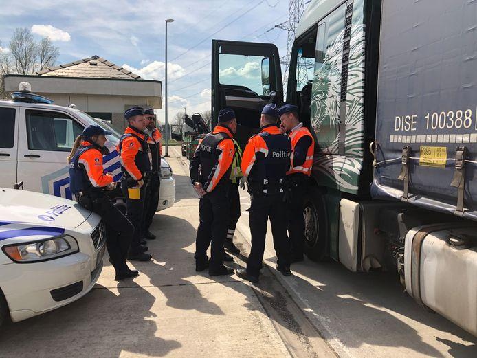 Archiefbeeld. De politie van zone Meetjesland Centrum bij een vorige controle op zwaar vervoer.