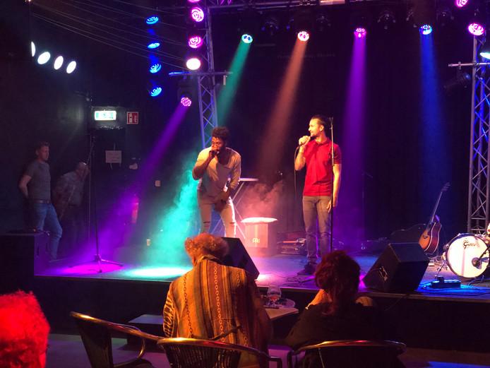 Kevin van Gorkom (rechts) is behalve voorzitter van De Piek ook muzikant bij De Hobbyisten. Tijdens de informatie- en wervingsmiddag van het poppodium trad hij daarom ook op.