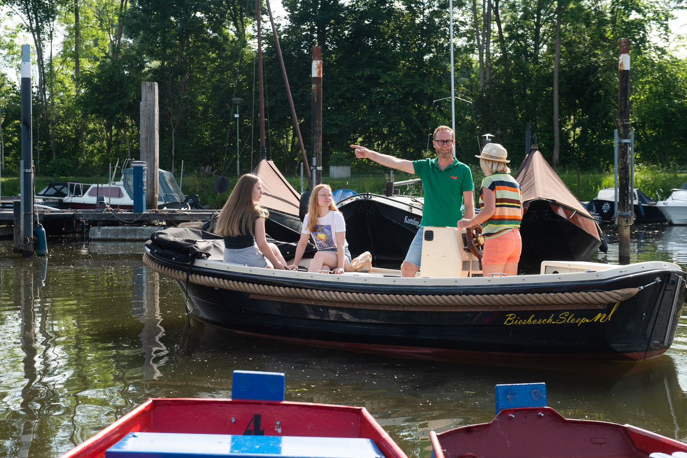 Hank - Pix4Profs/René Schotanus. De. familie Horvers vertrekt vanuit de haven in Hank. Vader Bas, moeder Suzan en dochters Sacha en Robbin.
