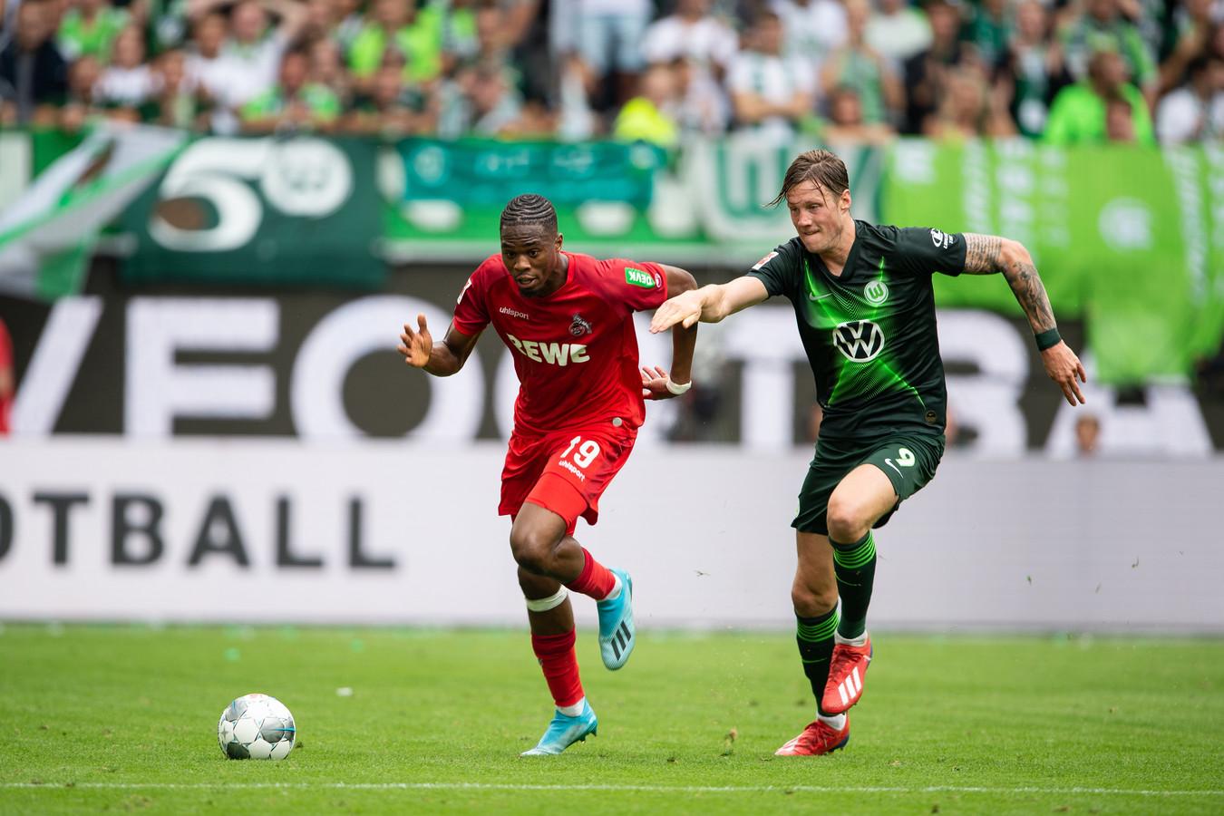 Wout Weghorst achtervolgt Kingsley Ehizibue.