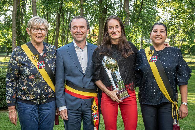 Tessa samen met burgemeester Jan Stevens en schepenen Rachida Abid en Magda Deprez.