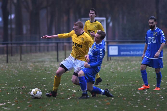 Mark van Sonsbeek (links) aan de bal tijden het duel met FC Uden. Archiefbeeld.