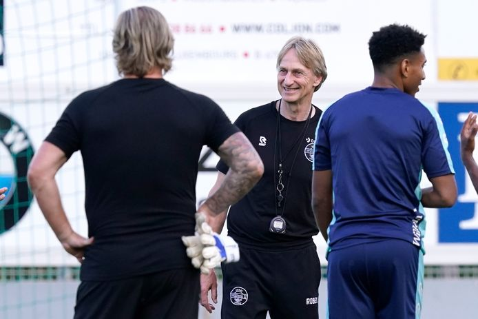 Willem II-trainer Adrie Koster (midden)