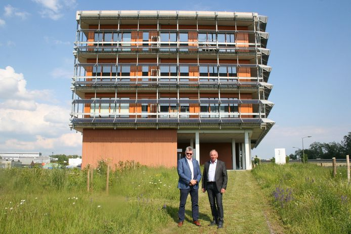 Walter Kestens en Eddy Poffé voor de Food Port, met rechts onderaan de ruimte die tot lounge kan uitgebouwd worden