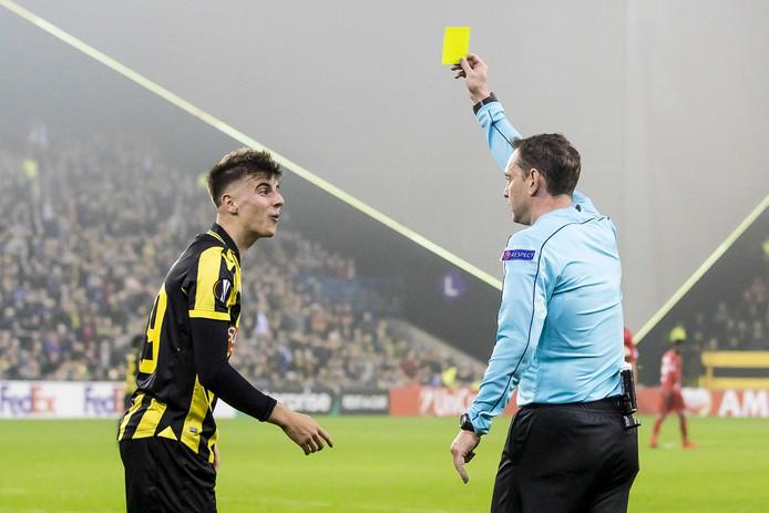 Scheidsrechter Yevhen Aranovskiy toont Vitesse-speler Mason Mount de gele kaart na een schwalbe.