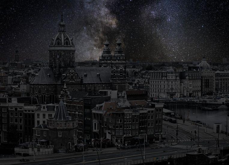 De creatie boven de Amsterdamse grachten is geïnspireerd door Vincent van Goghs meesterwerk De Sterrennacht Beeld Thierry Cohen