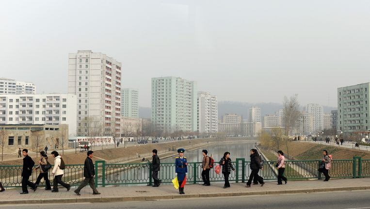 Een politieman houdt de wacht in de Noord-Koreaanse hoofdstad Pyongyang Beeld AFP