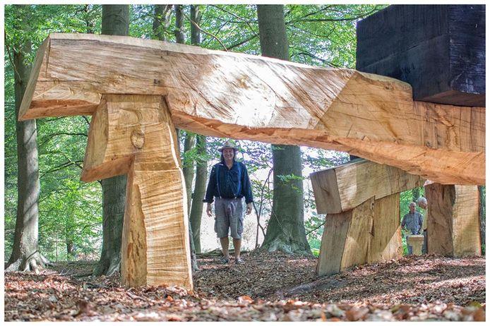 Het beeld van Klaas Kamphuis staat al permanent in het bos op de Lonnekerberg.