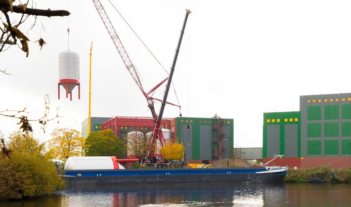 De nieuwe tanks worden vanuit een binnenvaartschip in het gebouw van Heineken gehesen.