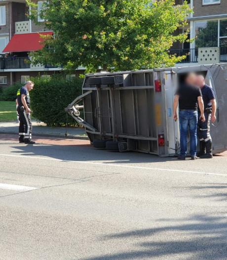 Aanhanger op zijn kant, Oldenzaalsestraat richting Lonneker afgesloten