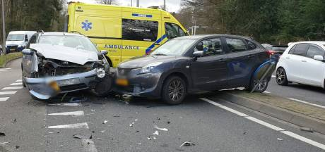 Ravage na frontale botsing tussen twee auto's in Enschede