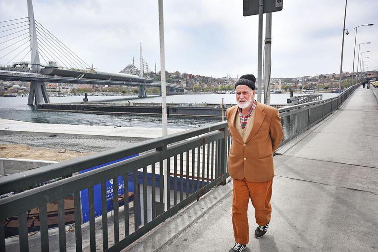 Een oude Turk wandelt over de Atatürk-brug in Istanbul. Beeld Guus Dubbelman / de Volkskrant