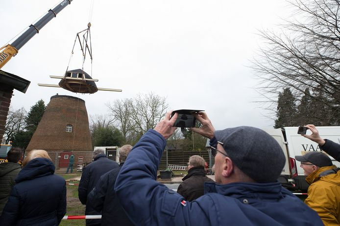 Terugplaatsing van de kap op Coops Molen in Zelhem, begin maart dit jaar.