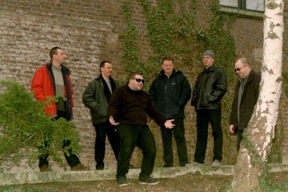 Kris, Goofy, Luc, Georges, Makkes en Dizze, de mannen van Mortel die eind jaren negentig en begin jaren tweeduizend als covergroep furore maakten.