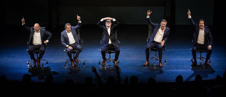 Acteurs Tom de Ket, George van Houts, Pierre Bokma, Leopold Witte en Victor Löw tijdens de voorstelling Door de bank genomen. Beeld ANP